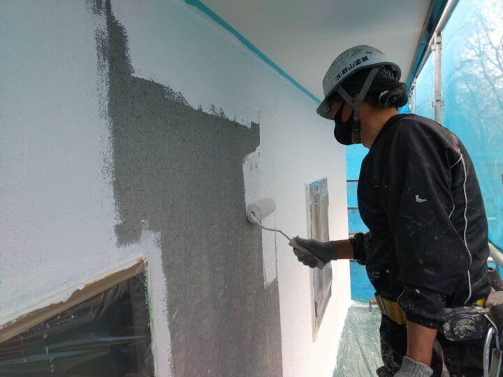 外壁 下塗(多孔質ローラーによる厚付け施工)